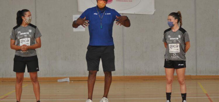 Calentamiento activación con las jugadoras del Club Balonmano Femenino Málaga Costa del Sol Rincón Fertilidad